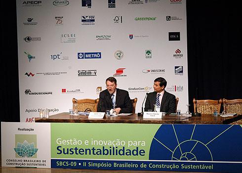 Segunda edição do Simpósio do Conselho Brasileiro de Construção Sustentável aconteceu em São Paulo e Marcelo Takaoka (dir.) foi um dos palestrantes
