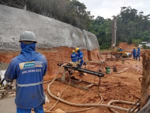 Mão de obra especializada é um dos requisitos para que obras em encostas e taludes sejam realizadas com qualidade Crédito: Brasecol